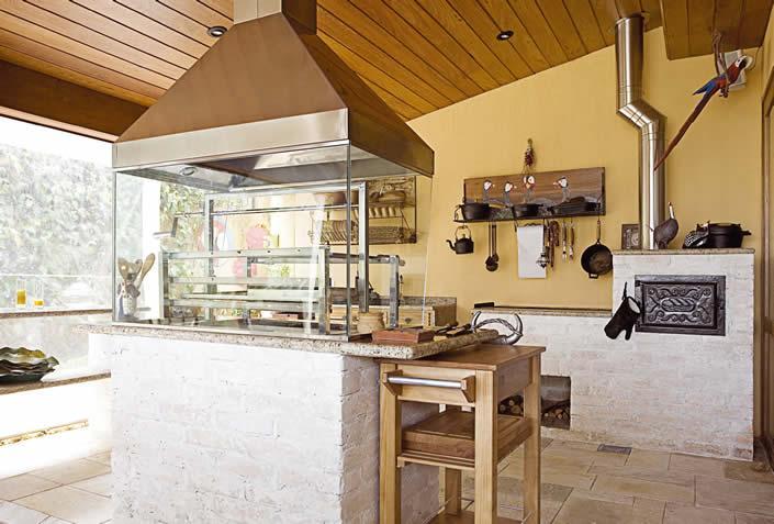 Fotos de área de lazer com churrasqueira e fogão a lenha..4