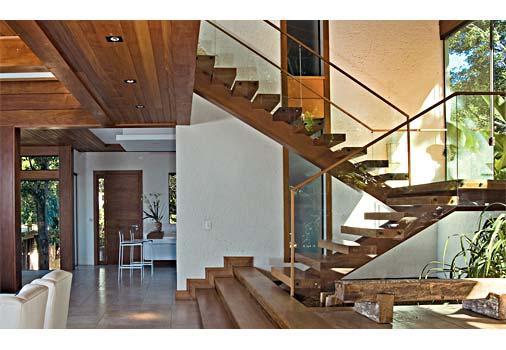 Decora o e projetos fotos de corrim o de madeira para escadas for Sala de estar grande com escada