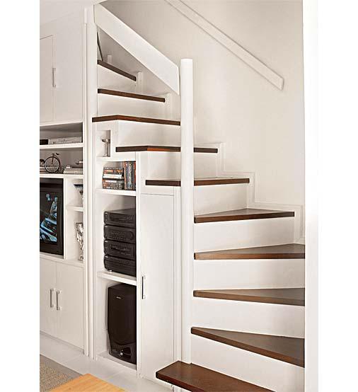 Decoração e Projetos – Salas com escadas decoradas de madeira