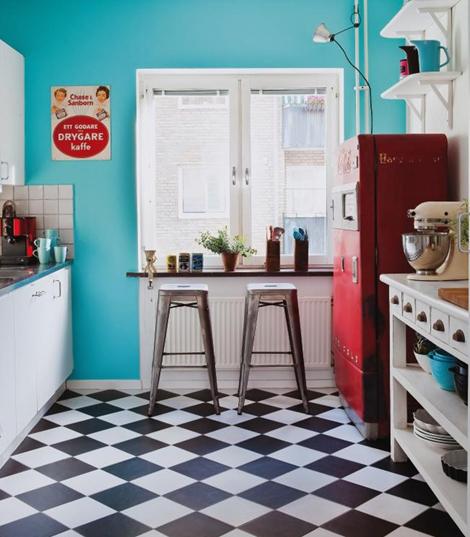 decoracao piso branco:Blue and White Retro Kitchen Floor