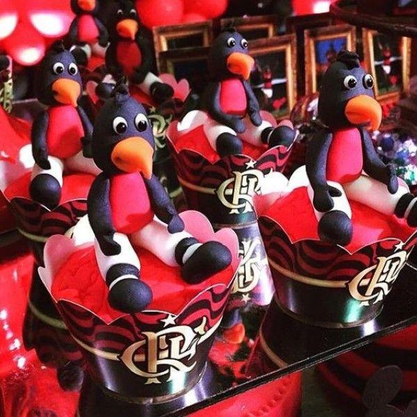 decoração do flamengo com mascote de pasta americana no cupcake