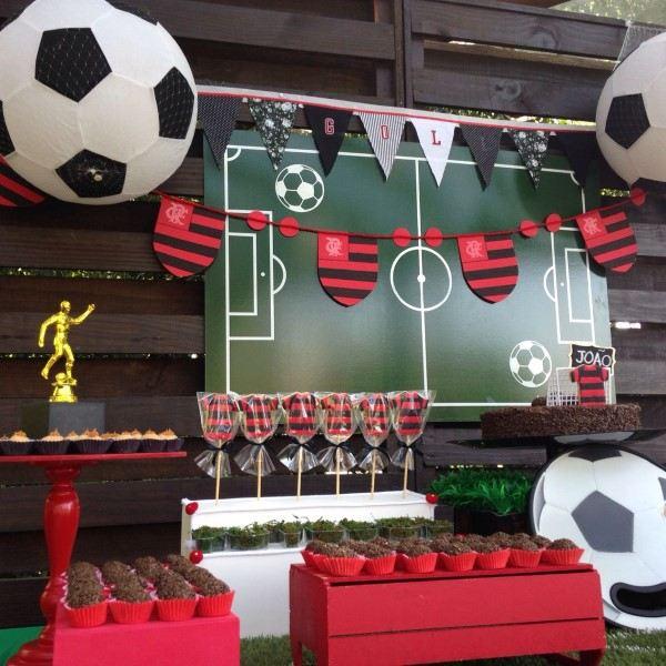 festa flamengo decoração com bolas de futebol