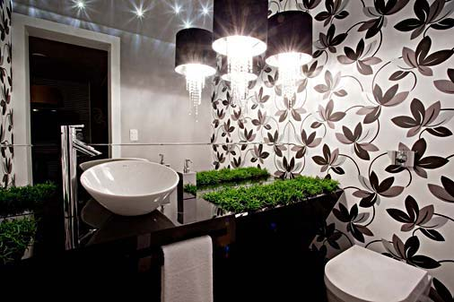 DECORAÇÃO DE BANHEIROS COM LUSTRES -> Banheiro Pequeno Decorado Com Papel De Parede