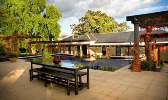 A decoração de jardim com piscinas deve ser muito bem planejada, para que a vegetação ao redor não interfira na boa manutenção da piscina (Foto: Divulgação)