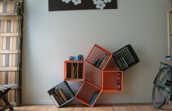 Investir em uma decoração com caixas plásticas além de fazer bem para o planeta ainda deixa seu espaço mais organizado e divertido (Foto: Divulgação)