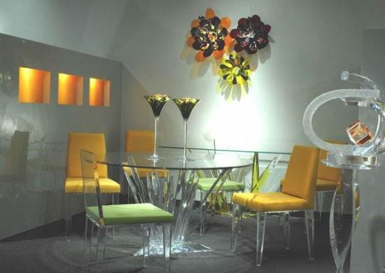 A decoração com móveis em acrílico deixa o clima de sua casa mais leve e divertido, mas sem perder a sofisticação (Foto: Divulgação)