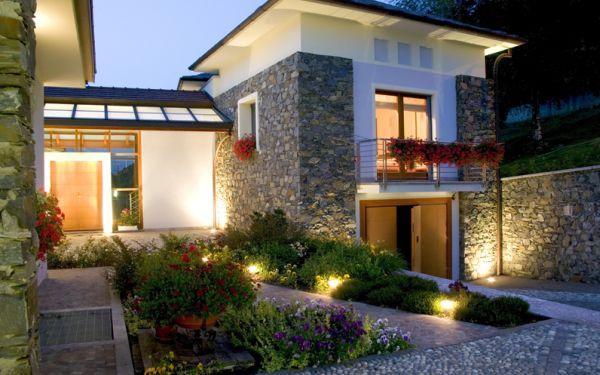 Utilizar iluminação residencial externa para valorizar seu imóvel e até servir como decoração é a melhor saída para quem quer mudar totalmente o estilo da casa sem grandes esforços (Foto: Divulgação)