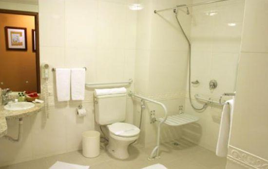 Os projetos de Banheiro para deficientes devem conter medidas e acessórios específicos para eles (Foto: Divulgação)