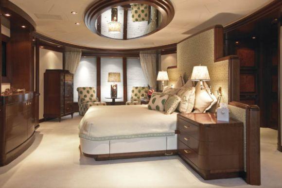 A decoração de quarto com espelho no teto é inovadora e garante visual ultracharmoso para o ambiente (Foto: Divulgação)