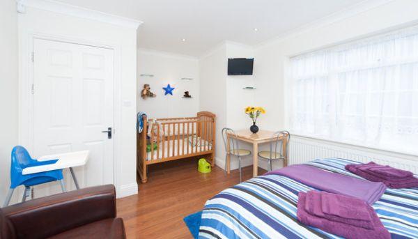 A decoração para berço de bebê no quarto do casal deve ser pensada com cuidado para aproveitar ao máximo o espaço disponível (Foto: Divulgação)
