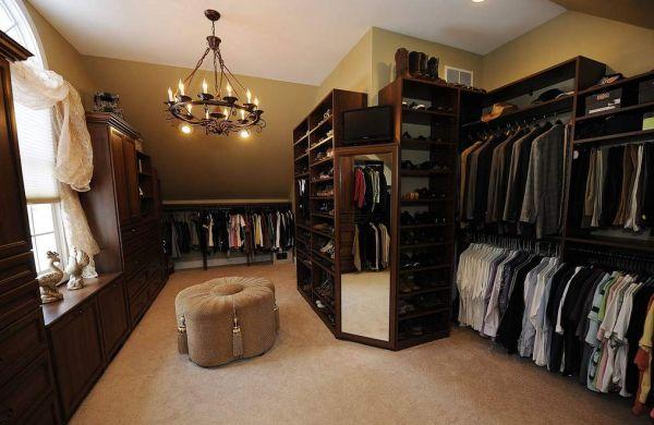 Não é complicado montar um projeto de quarto que vira closet, basta investir nas peças corretas (Foto: Divulgação)