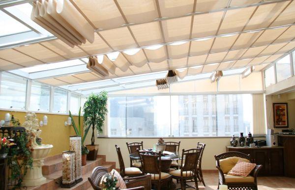 A decoração com cortinas no teto pode assumir várias facetas (Foto: Divulgação)