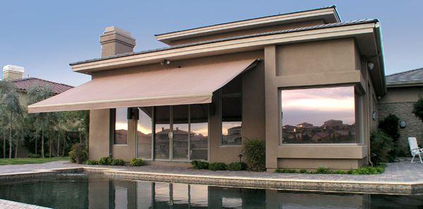 A decoração de residências com toldos além de proteger a área social de seu lar ainda garante visual novo para a fachada de sua casa (Foto: Divulgação)