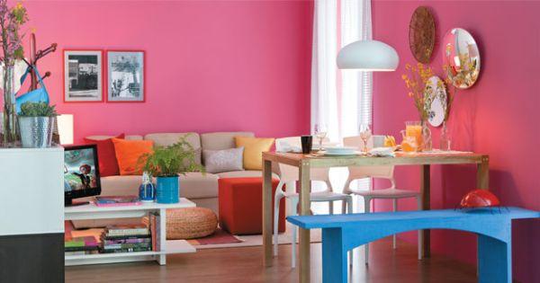 A decoração com bancos em sua sala deixa todo o ambiente mais descontraído e aconchegante (Foto: Divulgação)