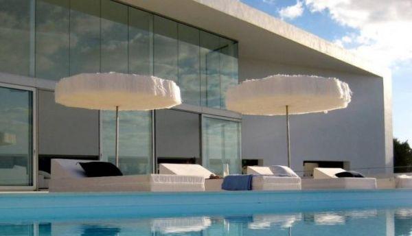 A decoração de varanda e terraços com sombrinhas deixará sua casa mais aconchegante (Foto: Divulgação)