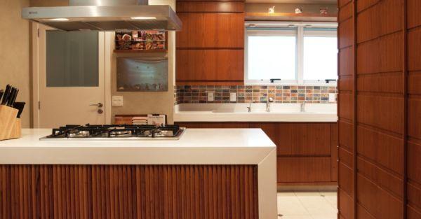 A decoração com bancadas para cozinha americana garante ambiente renovado instantaneamente (Foto: Divulgação)