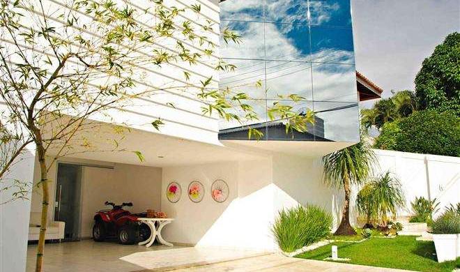Fachada com Habitat Refletivo Cinza reduziu o calor e ainda deu um charme à essa casa na Bahia