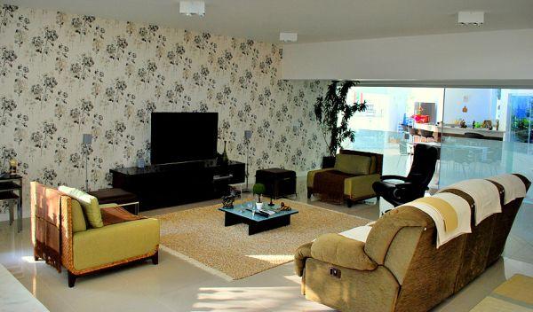 A decoração floral para salas garante clima mais alegre para todos os moradores (Foto: Divulgação)