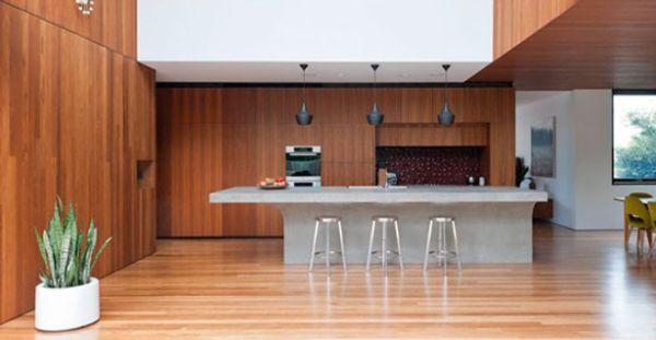 A decoração de cozinhas com revestimento de madeira garante ar refinado à sua cozinha (Foto: Divulgação)