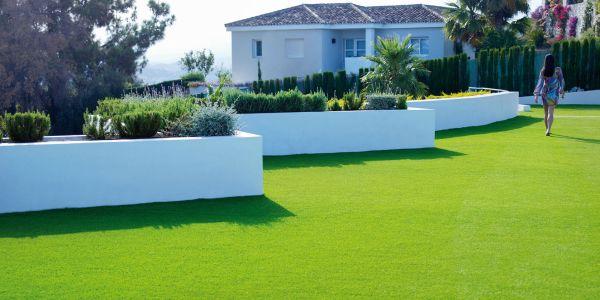 A decoração de jardins com grama sintética é a solução para quem não tem um espaço com condições climáticas favoráveis (Foto: Divulgação)