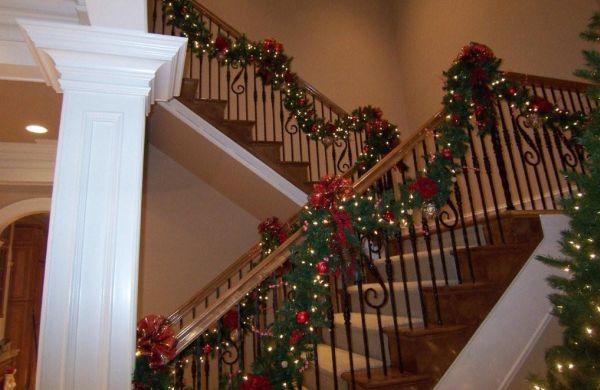 A decoração de Natal para escadas deixará sua casa com clima ainda mais especial (Foto: Divulgação)