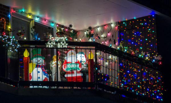 A decoração de Natal para varandas pode seguir o estilo que você quiser ou o que o seu bolso permitir (Foto: Divulgação)