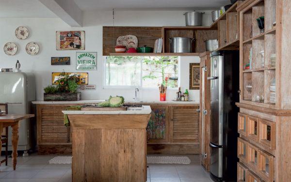 A decoração de cozinhas com madeira de demolição é uma maneira diferente e sustentável de renovar o visual de sua cozinha (Foto: Divulgação)