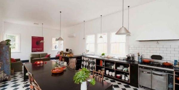 A decoração de cozinhas sem armário pode ser tão interessante quanto a decoração tradicional com muitos armários na cozinha (Foto: Divulgação)