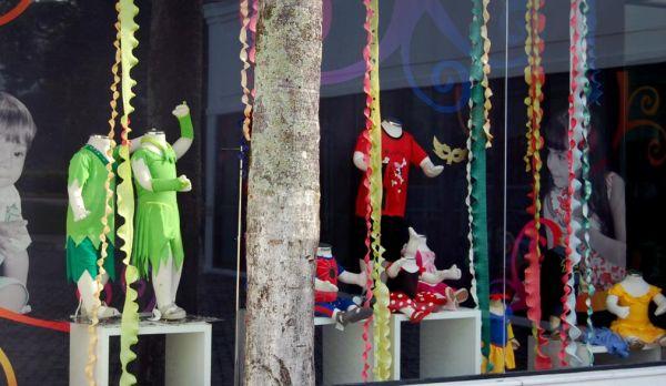 A decoração de carnaval para vitrines é um ótimo investimento para atrair clientes (Foto: Divulgação)