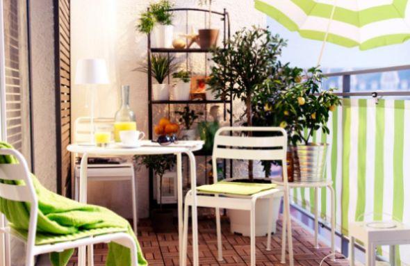 A decoração charmosa para varandas pequenas garante um espaço a mais para você relaxar (Foto: Divulgação)