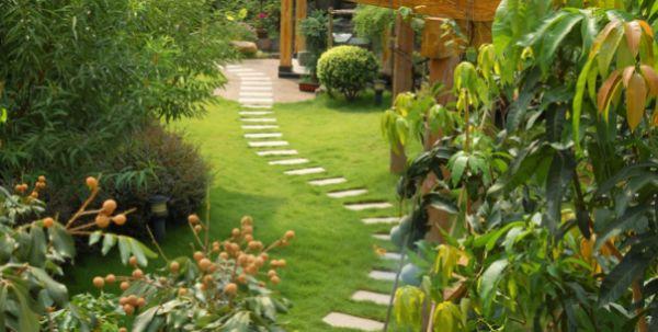 A decoração com caminho de pedra para jardim é uma ótima alternativa para repaginar a parte externa de sua casa (Foto: Divulgação)
