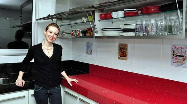 A decoração de cozinhas com móveis suspensos além de bonita é também funcional (Foto: Divulgação)