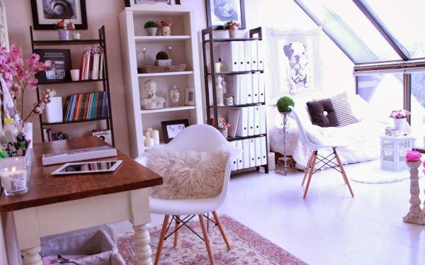 A decoração romântica para home office é ótima opção para suavizar o ambiente e você não se estressar tanto com seu trabalho realizado em casa (Foto: Divulgação)