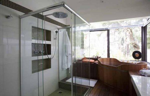 A decoração de banheiros com ofurô é uma ótima alternativa para quem está com o orçamento folgado e quer um espaço em casa para descansar (Foto: Divulgação)