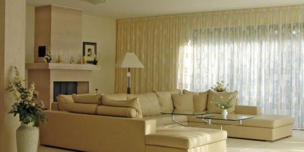 A decoração de salas com cortinas é uma maneira rápida e prática de diferenciar o visual de sua área de convívio social (Foto: Divulgação)