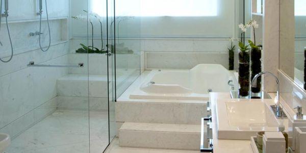 A planta de banheiro com banheira e boxe é uma ótima opção para quem está buscando um ambiente para cuidar do visual e do relaxamento (Foto: Divulgação)