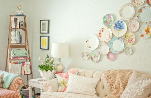 A decoração com escadas de madeira em casa é prática e barata (Foto: thecottagemarket.com)