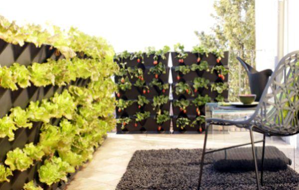 jardim vertical urbano:Fazer uma decoração de varanda com jardim vertical é uma ótima