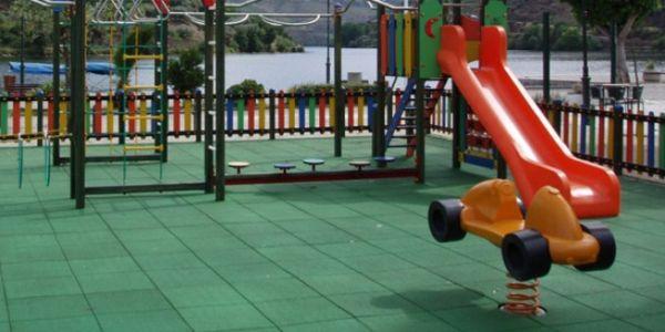 A decoração de parquinhos com pisos emborrachados é fundamental para manter a integridade física das crianças (Foto: sopiso.com.br)