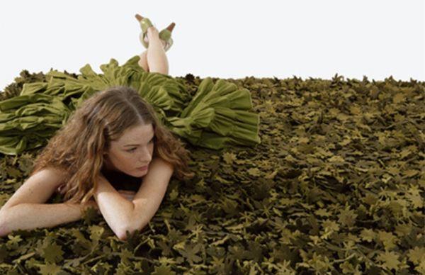 Os carpetes que reproduzem a natureza são ótimas opções para quem busca um contato maior com os elementos naturais, porém não pode acomodar em casa uma planta (Foto: igsdigs.com)