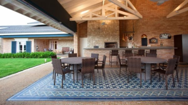 A decoração estampa de azulejo para casa toda é ótima alternativa para repaginar o local em que mora (Foto: homedit.com)