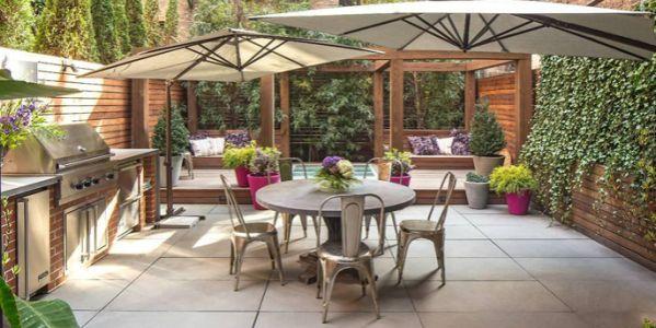 A decoração de área externa com estilo rústico garante sensação de aconchego e acolhimento para os seus momentos de descanso (Foto: giraffeboards.com)