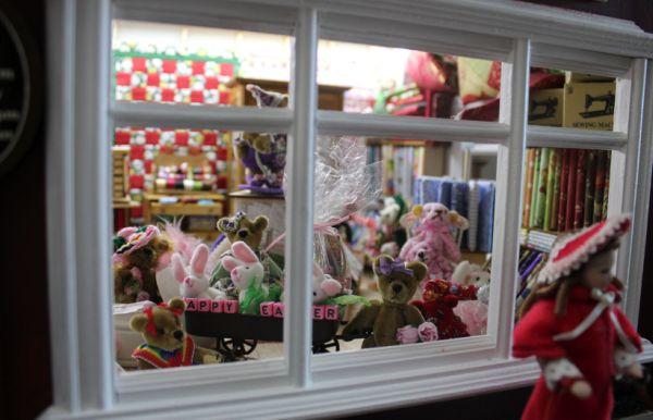 A decoração de dia das crianças para vitrines deve ser a mais criativa possível, para chamar a atenção dos pequenos e também dos pais (Foto: dollshousespastandpresent.com)