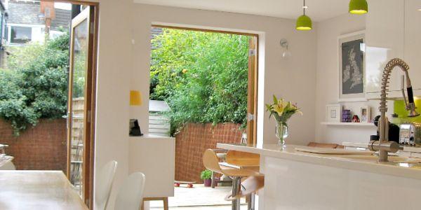 Você pode criar projeto para decorar área dos fundos de sua casa com o estilo que você quiser (Foto: finishingtouchlondon.com)