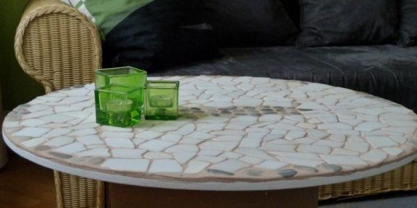 Faça facilmente esta mesa de carretel com mosaico para decorar seus ambientes (Foto: diy-enthusiasts.com)