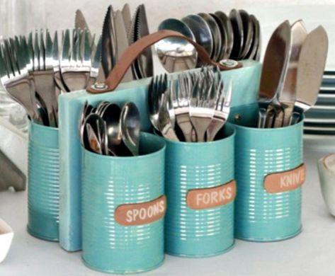 Com este porta-talheres de latas para decorar cozinha seu ambiente ficará como novo (Foto: designanddiymagazine.com)