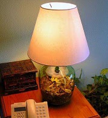 Luminária decorativa com garrafas de vinho pode até ser uma fonte de renda extra para você (Foto: claudia-claudiaartesanatos.blogspot.com.br)