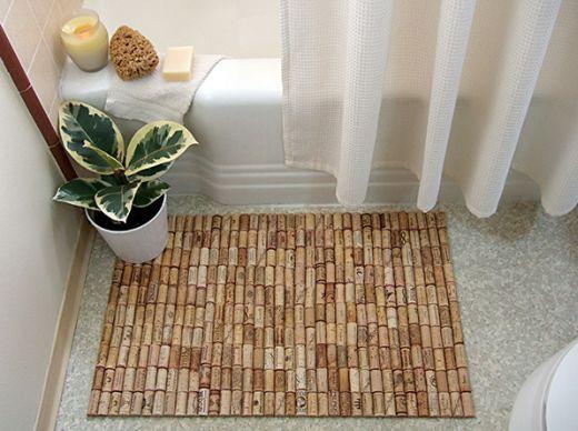 Outros cômodos de sua casa também podem receber este tapete decorativo de cortiça (Foto: craftynest.com)