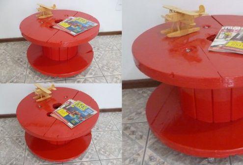 É possível conseguir uma linda mesinha com carretel de madeira (Foto: theladydiy.wordpress.com)