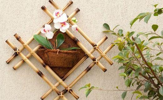 Invista nesta diferente decoração de parede com bambu e renove o décor de seus ambientes (Foto: diy-enthusiasts.com)